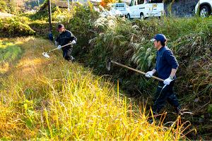 農業と町を保全する水路の清掃活動